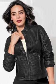 Esmeralda Pimentel luce una hermosa chamarra en color negro