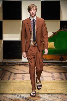 Sechs edle Outfits (1) - Mittelbrauner Zweiteiler. | Salvatore Ferragamo