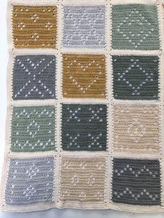 Met filet haken haak je afwisselend stokjes en lossen waardoor er opengewerkte structuren ontstaan. In de jaren 70 een hit: wie kent ze niet? Gordijntjes en kleedjes met allerlei patronen erin zoals bloemen, dieren, huisjes en grafische patronen. Nu weer terug van weggeweest en de resultaten zijn hip en eigentijds. Claire Boeter van byClaire heeft zich vorig jaar in... Crochet Square Blanket, Crochet Quilt, Crochet Blocks, Filet Crochet, Crochet Home, Crochet Blanket Patterns, Crochet Granny, Crochet Motif, Knit Crochet