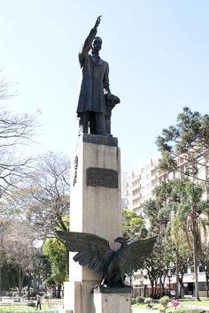 Escultura Águia de Haia, escultura de João Turin, e Estátua de Rui Barbosa, na Praça Santos Andrade. Foto: Alice Rodrigues/FCC.