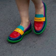 "2,488 curtidas, 15 comentários - Chiara Marina Grioni (@chiaraobscura) no Instagram: ""💚💙❤️💛 #shoes  #details #paris #PFW #parisfashionweek #pfw2019  #fashionweek  #SS20 #style…"" Paris Fashion Week, Loafers, Street Style, Purses, Girls Eyes, Stylish, Instagram, Sneakers, Dress Skirt"