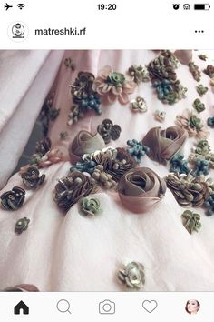 Wonderful Ribbon Embroidery Flowers by Hand Ideas. Enchanting Ribbon Embroidery Flowers by Hand Ideas. Couture Embroidery, Tambour Embroidery, Embroidery Fashion, Silk Ribbon Embroidery, Embroidery Patterns, Hand Embroidery, Fabric Flower Brooch, Fabric Flowers, Uses Of Silk