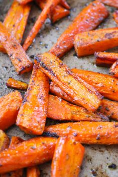 Oven Roasted Carrots make a great side dish that pairs perfect with almost any main course! These cooked carrots are oven roasted with a few seasonings. Carrots In Oven, Oven Roasted Carrots, How To Roast Carrots, Dinner Side Dishes, Veg Dishes, Vegetable Dishes, Carrot Dishes, Carrot Recipes, Meal Prep