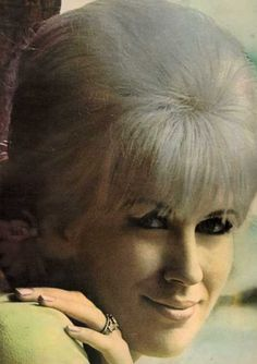The unforgettable Dusty Springfield - She has her hair pinned perfectly! Hair Icon of the 60s Music, Music Icon, Soul Music, Soul Singers, Female Singers, Call Dusty, Dusty Springfield, British Invasion, 70s Makeup