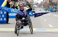 competidora Tatyana McFadden cruza a linha de chegada da maratona deBostonmomentos antes das explosões que deixaram mortos e diversos feridos, próximo à linha de chegada