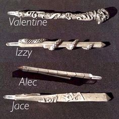 Props, different designs for shadowhunters steles alec's is so plain and valentines looks like he is a cerielkiller Jaces looks like he's hot and so does Izzy's we all know their personality's now Shadowhunters Malec, Shadowhunters The Mortal Instruments, Clace, Shadowhunter Tattoo, Clary Et Jace, Clary Fray, Immortal Instruments, Mortal Instruments Runes, Jace Lightwood