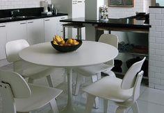 O maior charme da copa, separada da cozinha por um balcão, é das próprias paredes com revestimento cerâmico esmaltado à mão, lembrando tijolinhos à vista. O projeto é assinado pelo arquiteto carioca André Piva