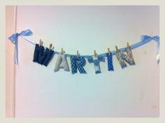 Guirnalda de letras hechas en tela, nombre Martín , en tonos azules. Buohkids