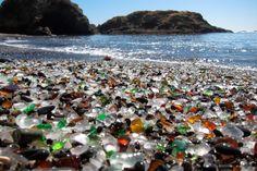 Стеклянный пляж в национальном парке Маккеррихер, Калифорния