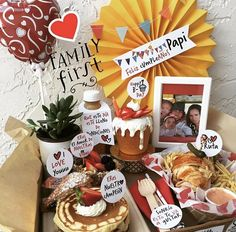 Fathers Day Birthday Basket, Birthday Box, Birthday Gifts, Birthday Breakfast, Breakfast In Bed, Food Gifts, Diy Gifts, Mothers Day Signs, Eat Me Drink Me