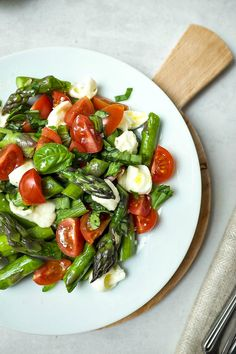 Spargelsalat mit Tomaten und Mozzarella – Schnelle Rezepte aus meiner Küche This lukewarm asparagus salad with tomatoes and mozzarella is on the table in 15 minutes and is a feast for the palate. Perfect when things have to go fast. Quick Recipes, Healthy Dinner Recipes, Cooking Recipes, Healthy Meals, Healthy Chicken, Asparagus Salad, Grilled Asparagus Recipes, Tomato Mozzarella Salad, Salad Recipes