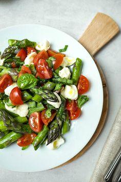 Dieser lauwarme Spargelsalat mit Tomaten und Mozzarella steht in 15 Minuten auf dem Tisch und ist ein Gaumenschmaus. Perfekt wenn es mal schnell gehen muss.