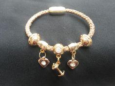 Pulseira de couro feminina dourada, com entremeio de pesinho (fitnes) e coração. Fecho magnético.