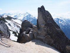 イルカ岩の背景に槍ヶ岳。GWの燕岳 合戦尾根|北アルプス登山ルートガイド。Japan Alps mountain climbing route guide