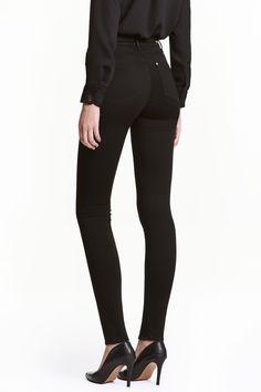 Shaping Skinny High Jeans: Shaping. Jean 5 poches en denim lavé enrichi d'une touche de stretch technique qui gaine et sculpte la taille, les cuisses et les fesses, tout en conservant la forme du pantalon. Taille haute et jambes très fines.
