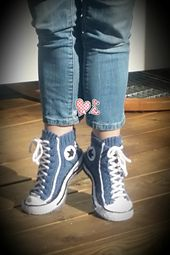 Ravelry: Reaverse Star Edition pattern by Rea Jarvenpaa knitted converse socks villasukat Knit Shoes, Knit Sneakers, Crochet Shoes, Knit Crochet, Converse Sneakers, Knitting Socks, Free Knitting, Knitting Patterns, Crochet Patterns
