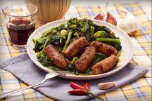 Le cime di rapa con salsiccia sono un secondo piatto con contorno molto ricco e gustoso, diffuso in molte zone del sud Italia.  Si tratta di cime di rapa precedentemente lessate e poi saltate in padella con aglio e peperoncino, che accompagnano bocconi di salsiccia piccante abbrustolita.