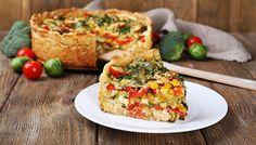 Prepara esta deliciosa torta de verduras en sólo 6 pasos. Una alternativa saludable y nutritiva, perfectamente apta para vegetarianos. Sírvela fría o tibia.