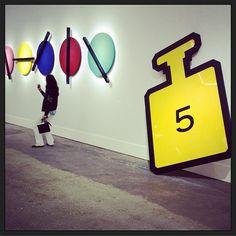 Le #defile #chanel planté au cœur d'une exposition d'art contemporain  #pfw #fashionweek