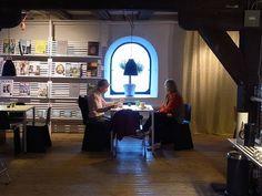 istutが目指すカフェ 「ごくありふれた、暖かい時間」が流れています。 スウェーデンはマルメのフォルム・デザインセンター内の ギャラリーカフェで、買い付け時の一枚です。 当たり前にステルトンのジャグや LIGHTYEARS...