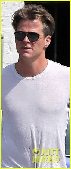 Chris Pine Looks Handsome While Picking Up Lunch in LA!