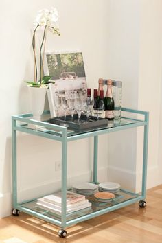 Bar Cart Ideas - There are some cool bar cart ideas which can be used to create a bar cart that suits your space. Having a bar cart offers lots of benefits. This bar cart can be used to turn your empty living room corner into the life of the party. Home Bar Decor, Bar Cart Decor, Bar Cart Styling, Mini Bars, Canto Bar, Bar Sala, Modern Home Bar, Home Bar Accessories, Gold Bar Cart