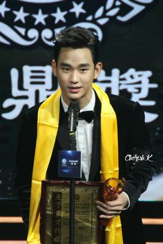 Receiving 'Best Global Drama Actor' at 15th Huading Awards - 18th January 2015