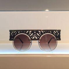 Pausa na folia para conferir as novidades da #MIDO2017 maior feira de óculos do mundo que acontece em Milão! Em um giro rápido os destaques: espelhados seguem em alta gatinhos de tamanho maxi roubam a cena armações com glitter dão brilho na medida e modelos feitos em impressoras 3D são a grande novidade para o próximo ano! Veja algumas das nossas escolhas na galeria! (via @danicarasco)  via MARIE CLAIRE BRASIL MAGAZINE OFFICIAL INSTAGRAM - Celebrity  Fashion  Haute Couture  Advertising…