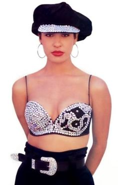 Military hat, cowboy belt, hoop earrings and a bustier? Only Selena knew how to combine all of those and make it look damn good! La Reina de Cumbia y Bustiers. Selena Quintanilla Perez, 90s Grunge, Hippie Grunge, Selena Costume, Selena Quintanilla Halloween Costume, Chola Costume, Selena And Chris, Selena Selena, Selena Pictures