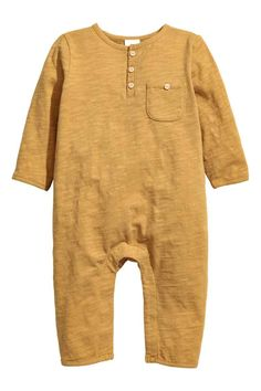 e0cb46ecdb4c BABY EXCLUSIVE  Slub jersey romper suit in soft organic cotton with a  button placket and a chest pocket with a decorative button.
