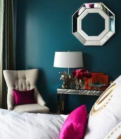 peinture chambre bleu paon, miroir mural, linge maison blanc, canapé beige, coussins rose foncé