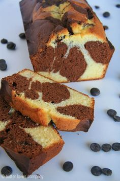Easy chocolate marble loaf cake inspired by the one at Starbucks! Marble Pound Cakes, Marble Cake Recipes, Pound Cake Recipes, Dessert Recipes, Marble Cake Recipe Moist, Chocolate Flavors, Chocolate Recipes, Chocolate Frosting, Chocolate Chips
