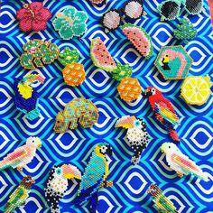 Je me lance pour la catégorie imaginative du super concours tropical organisé par @lili_azalee @coeur__citron @monpetitbazar et @perlesandco ! La semaine dernière pour un repas sur le thème tropical j'avais fais tout plein de broches pour les invités alors ça tombe à pic ! #dontbeadalone #perlesandco #jenfiledesperlesetjassume #miyuki toutes les références de ces beautés : lunettes  @charlottesouchet - ananas  / perroquet rouge / perruches / inséparables @rose_moustache - perroquet bleu @...