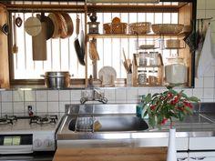 台所を使い易く!大きな出窓に大容量の収納棚をDIY | SNG LABORATORY + Japanese Kitchen, Japanese House, Kitchen Dining, Kitchen Cabinets, Cafe Shop, Room Goals, Little Kitchen, Tiny Living, Room Interior