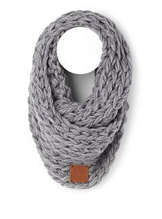 8baa3b2da69 Collection québécoise Gibou chez Simons Un foulard aux larges mailles  entièrement tricoté à la main pour