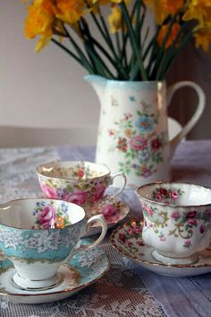 Pretty Tea Cups waiting for tea Time! Vintage Cups, Vintage Dishes, Vintage China, Vintage Teapots, Vintage Tableware, Teapots And Cups, Teacups, China Tea Cups, My Cup Of Tea