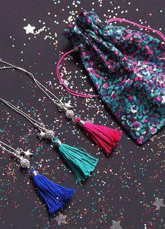 Sautoirs pompons Edmée bijoux et pochon cadeaux  http://edmee-bijoux.com/colliers/sautoir-pompon-nature-gris-bleu-electrique-609.html