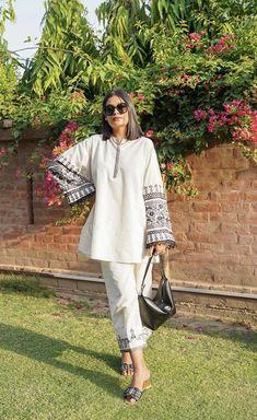 Pakistani Fashion Party Wear, Pakistani Fashion Casual, Pakistani Bridal Wear, Indian Fashion Dresses, Pakistani Outfits, Stylish Dress Book, Stylish Dress Designs, Designs For Dresses, Stylish Dresses