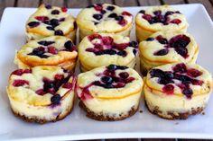 _cheesecakes with berries Zutaten: für ca 12 Stück 150 g Vollkorn-Butterkekse 70 g Butter 500 g Topfen 150 g Zucker 1 Pkg Vanillezucker Schale von 1/2 Zitrone 3 Eier 1 EL Speisestärke verschiedene Beeren