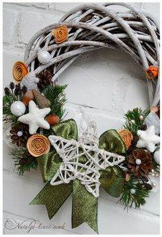 Handmade wreath. Just for inspiration as the blog is in Russian Christmas Advent Wreath, Felt Christmas, Holiday Wreaths, Christmas Projects, Winter Christmas, Holiday Crafts, Christmas Time, Decoration Table, Xmas Decorations