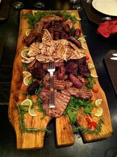 I love Mixed Grills.This Tuscan Mixed Grill is an inspiration for a weekend's outdoor dinner party! Bbq Party, Dinner Party Menu, Dinner Themes, Snacks Für Party, Party Catering, Outdoor Catering, Buffets, Grilling Recipes, Cooking Recipes
