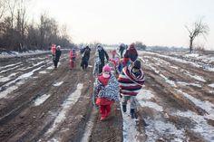 Refugiados envueltos en mantas y ropa de invierno cruzan la frontera entre Macedonia y Serbia con temperaturas bajo cero en foto de archivo de enero de 2016 (©ACNUR/UNHCR/Igor Pavicevic)