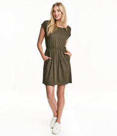 Short-sleeved dress in slub jersey with elasticized waistband and side pockets.