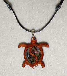 Colgante de madera en forma de tortuga/wooden turtle necklace.