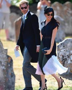 """Want to grab a piece of that """"Markle Sparkle""""? The navy blue Meghan Markle Club Monaco dress the Duchess recently wore is in stock (plus it's Canadian! Meghan Markle Stil, Estilo Meghan Markle, Estilo Real, Prince Harry And Megan, Harry And Meghan, Prince Henry, Linda Farrow, Laura Harrier, Markle Prince Harry"""