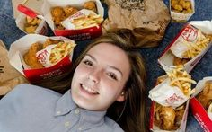 Após só comer frango e batata por anos, jovem faz terapia para se alimentar