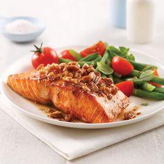 Saumon caramélisé à l'érable et crumble de noix Copycat Recipes, Beef Recipes, Chicken Recipes, Cooking Recipes, Recipies, Healthy Eating Tips, Healthy Nutrition, Clean Eating, Fish Salad