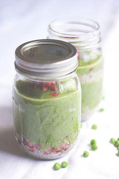 Feines Gemüse – Grüner Smoothie mit Erbsen, Spinat, Avocado (und Chia-Kokos-Gelee)