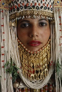 Picture of a Yemeni Jewish bride in Israel wearing traditional wedding clothing A Yemeni Jewish bride near Gaza wears a wedding costume styled centuries ago in this picture that originally appeared in the July 1985 issue of National Geographic We Are The World, People Around The World, Around The Worlds, Beautiful Bride, Beautiful People, Costumes Around The World, Wedding Costumes, Folk Costume, World Cultures