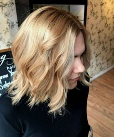 Devastating Shoulder Length Thick Hairstyles for Women 2020 You Might Wish to Have This Year Bob Haircut For Round Face, Shaggy Bob Haircut, Blonde Bob Haircut, Round Face Haircuts, Classy Hairstyles, Wavy Bob Hairstyles, Thin Hair Haircuts, Cool Haircuts, Gorgeous Hairstyles